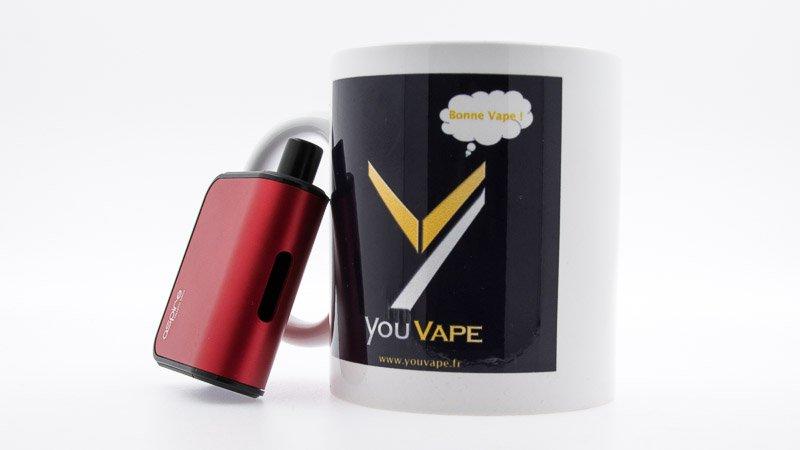 Pod Gusto Mini adossé à un mug youvape