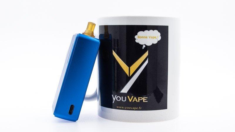 dotaio bleu adossé contre un mug youvape
