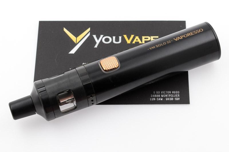 Kit VM Solo 22 noir allongé sur carte de visite youvape