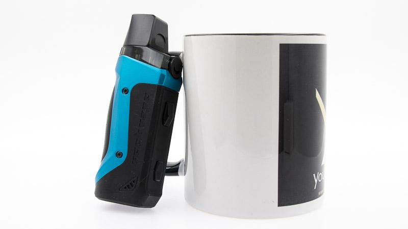 Pod Aegis Boost adossé à un mug youvape