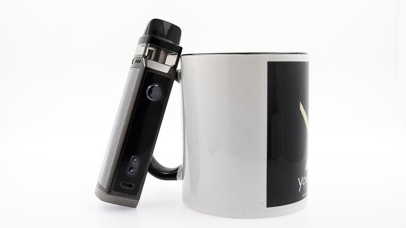 Pod Vinci X posé contre un mug youvape