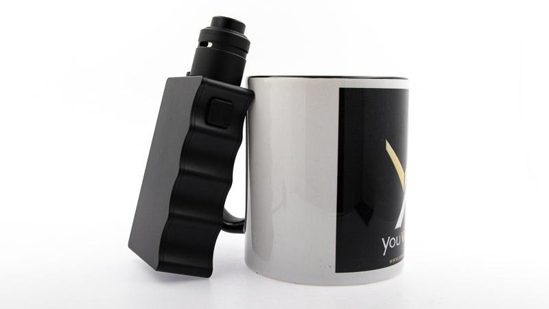 axial pro rda accompagné de la boxSQ Topside avec une tasse youvape