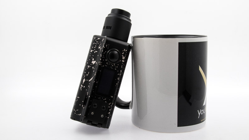 Nightmare rda adossé à un mug youvape