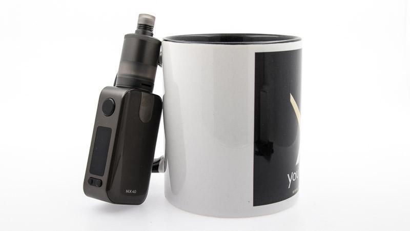 box nx40 associé au precisio posé contre mug youvape