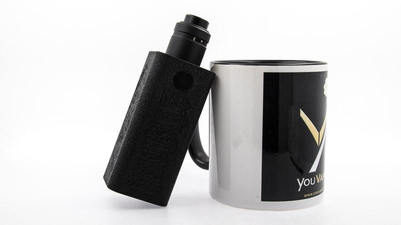 associée au dripper double coilAxial ProdeTwisted MessesetMass Mods contre une tasse youvape