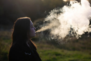 Prendre ses premières bouffées de e-cigarettes