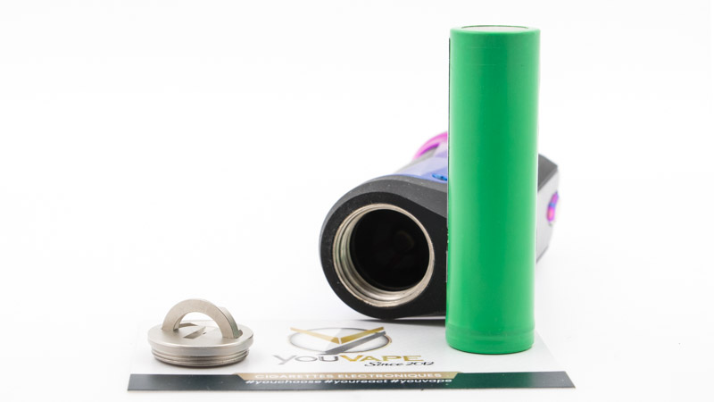 La Box Aegis Solo fonctionne avec un accu 1860(non fourni). Sous la box, le compartiment de l'accu est tenu étanche grâce à un bouchon vissant en métal, équipé d'un large joint de silicone. Il est équipé d'une poignée dépliable pour faciliter son ouverture et son serrage.