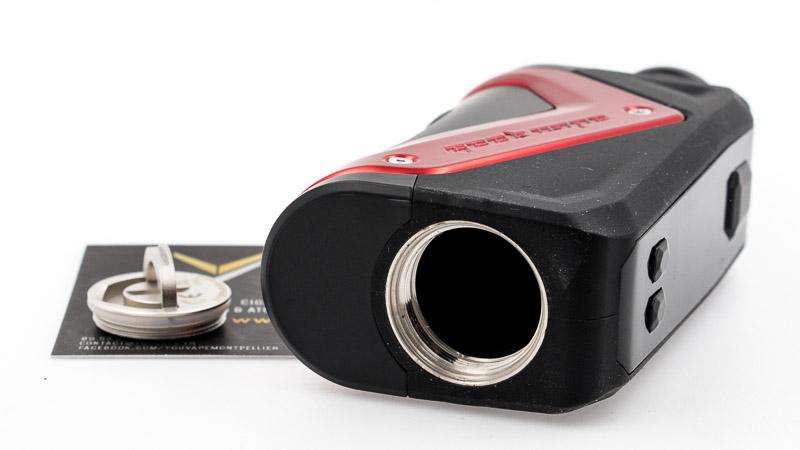 C'est une boxsimple accu, au format18650, qui s'insère en dévissant un bouchon équipé d'un joint de silicone afin d'éviter toute infiltration.