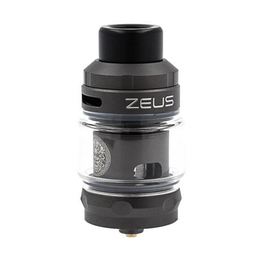 Le Zeus Subohm s'accorde bien avec les box qui peuvent accueillir ses 25mmde diamètre. Ici, nous l'avons associé à laAegis Xde la même marque : ses deux accus assurent une belle autonomie à l'ensemble.