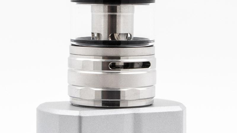 Au bas de l'atomiseur, une large bague permet de régler l'airflow. Cette bague a aussi une autre fonction, liée à la résistance installée.