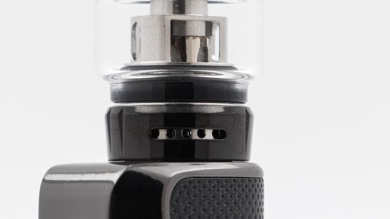 L'airflow se règle en choisissant le nombre d'orifice à ouvrir, en tournant la bague au bas du clearomiseur. Avec un seul orifice, le tirage est bien serré pour l'inhalation indirecte. Avec les 5 orifices ouverts,l'inhalationpeut êtredirecterestreinte.