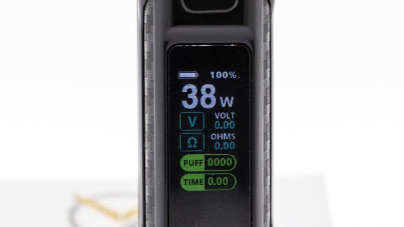 Après avoir installé l'accu, il suffit de cliquer 5 fois sur le switch pour allumer (ou éteindre) le chipset. L'écran, en couleur, s'illumine et affiche toutes les informations clairement, au premier chef la puissance sélectionnée. En effet, avec la gamme Rigel, Smok a choisi de revenir à l'essentiel : un unique réglage de puissance, jusqu'à 80 watts. Il reste alors à régler la puissance à sa main, pour bénéficier d'une vape dynamique et immédiate.