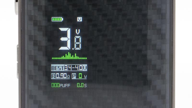En mode Voltage, vous pouvez choisir latension qui alimente votre résistance, ici 3.8 volts. Le haut de l'écran affiche la charge restante de l'accu et le mode en cours Au milieu il affiche le réglage choisi. En bas, il affiche la valeur de la résistance, la puissance résultante, ainsi que le nombre et la durée des puffs. Enfin, sous l'histogramme de couleur, l'écran affiche un conseil de réglage, qui apparaît dans tous les modes. Il donne la plage de réglage optimale selon la résistance installée dans la cartouche.