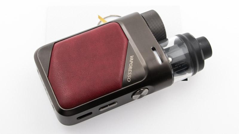 LeKit Swag PX80est ce que certains appellent unPod Mod. Il est en effetsimple comme un pod, avec une cartouche interchangeable. Il dispose aussi de réglages complets et d'une belle autonome, grâce à sa batterie. Celle-ci est un véritable mod électronique, équipé d'un accu 18650 interchangeable. Surtout, avec ce kit,Vaporessoapportetrois innovations pratiques, voire impressionnantes, pour enrichir la vie des vapoteurs qui apprécient lavape en inhalation directe.