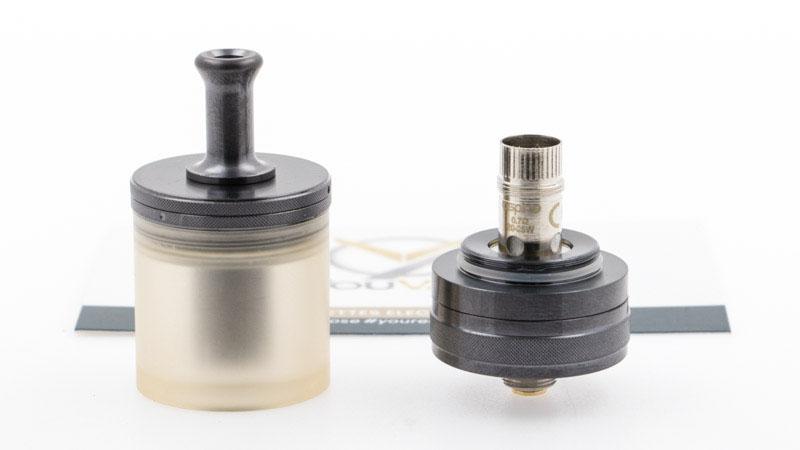 C'est en dévissant le réservoir de la base qu'on accède à la résistance installée. Pour la changer, il suffit ensuite de la dévisser de la base, puis de la remplacer par un exemplaire neuf, après l'avoir amorcée, pour que le coton soit bien imbibé (en déposant quelques gouttes de eliquide à l'intérieur, sur le coton).
