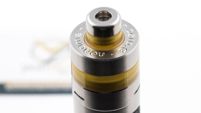 Le deuxième est en acier. Plus large, il permet de vaper en inhalation directe ou directe restreinte.