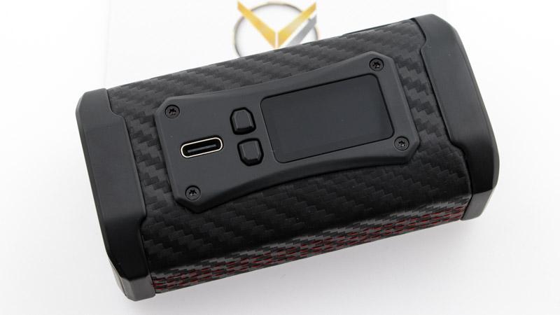 230 watts dans une box compacte et agréable en main, c'est que Smok vous offre avec sa Box Morph 2. Son design est superbe, il exprime parfaitement sa vocation de puissance tranquille. Tous les angles sont arrondis pour une prise en main ferme et douce, renforcée par le gainage complet de la box en similicuir. Plus discrète que les box habituelles de la marque, elle gagne en polyvalence et s'accorde avec bonheur avec la plupart des atomiseurs, des plus énervés au plus calmes.