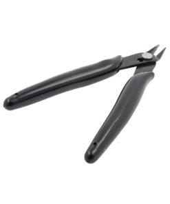 Pince coupante noire adaptée aux besoins des vapoteurs : sa conception permet de couper les fils vraiment à ras des posts pour éviter tout court-circuit.