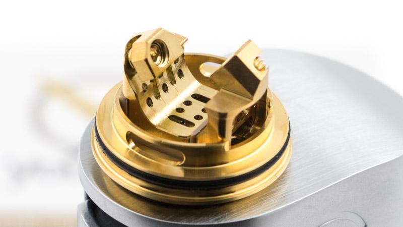 Le plateau simple coil du Reload S Rta est une superbe pièce d'ingénirie. Ses posts inclinés invitent à changer un peu ses habitudes de montage, en inclinant les pattes du coil vers le haut. Mais cette particularité n'est pas un caprice esthétique, c'est le cœur de la conception de cet atomiseur.
