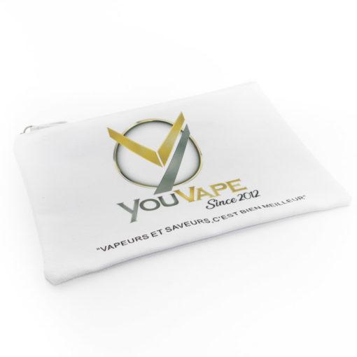 Sacoche de transport Youvape. En toile, elle est lavable et permet de ranger ou transporter beaucoup d'objets : ecigarettes, eliquides, accus, coton, etc.