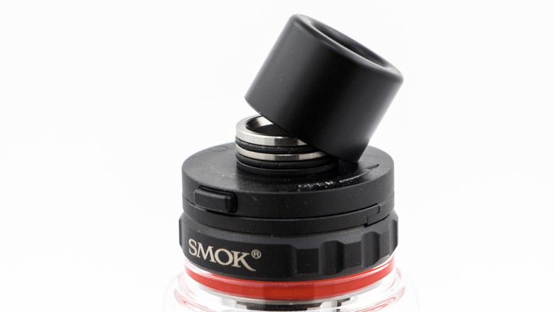 Depuis quelque temps, Smok a changé de système de fixation de ses drip tips, pour gagner de la place en hauteur. Le drip tip, noir, prend la forme d'un cylindre qui se clipse sur son support équipé de deux joints.