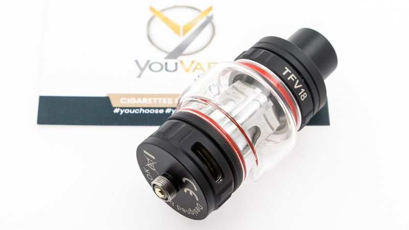 De l'extérieur, le TFV18 reste fidèle au design de la série TFV. C'est un clearomiseur simple et robuste, doté de solutions éprouvées : remplissage rapide, réservoir bulb de grande contenance, et changement de résistance rapide.