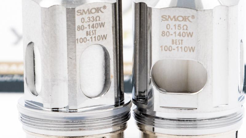 Dans son coffret, Smok fournit deux résistances. Celle de gauche est équipée d'un large cylindre de mesh, pour une valeur de résistance somme toute raisonnable de 0.33 ohm. Celle de droite accueille deux coils en mesh plus fins, pour une valeur de résistance de 0.15 ohm.