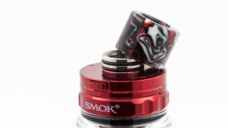Pour gagner en compacité, Smok équipe maintenant ses clearomiseur de drip-tips cylindriques très pratiques, qui se clipsent sur un support équipé de deux joints. Ils sont en résine et joliment réalisés.