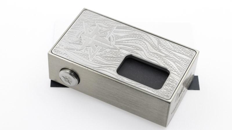 Compacte, la box tient bien en main, et se glisse facilement dans un sac ou une poche. Elle offre une belle sensation de matière et de robustesse par sa construction métallique, La box elle-même est en Zamak et les portes proposent 4 finitions