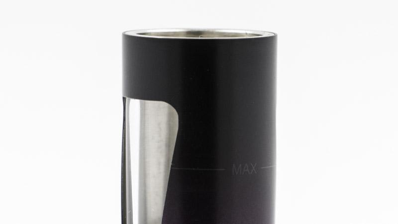 """Au moment de remplir le réservoir, veillez à ne pas dépasser l'indicateur """"max"""", pour qu'il ne déborde pas lorsque vous replacerez le top cap, et donc la résistance."""
