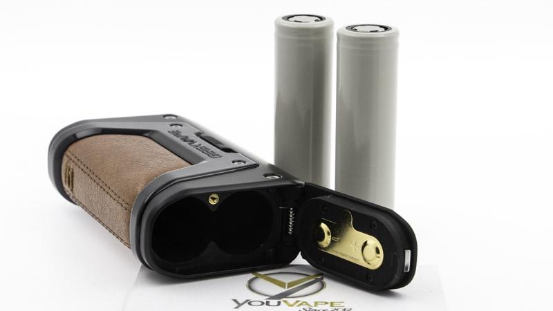 Le Kit Aegis Legend 2 s'alimente avec 2 accus 18650 (non fournis dans le coffret). Leur compartiment est fermé par une trappe équipée d'un robuste joint de silicone, qui garantit son étanchéité.