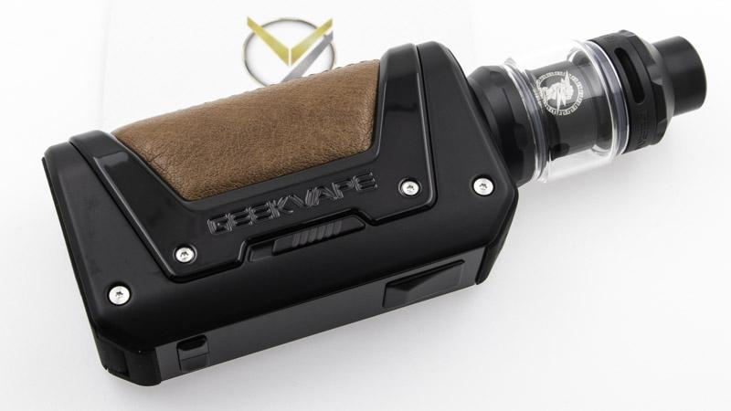 Avec sa gamme de kits et de box Aegis, Geek Vape a inventé un nouveau genre : les cigarettes électroniques à la fois élégantes et indestructibles. Le Kit L200, ou Kit Aegis Legend 2 améliore encore cette vocation, en passant de la norme IP67 à la norme IP68. Toujours aussi étanche à la poussière, elle est maintenant étanche à une immersion dans l'eau pendant 1 heure à une profondeur de plus de 1 mètre.