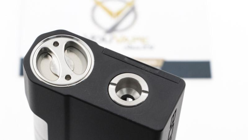 Aspire livre la Boxx avec 2 drip tips propriétaires, qui se fixent sur un insert. Le noir est cylindrique, le blanc est oblong.