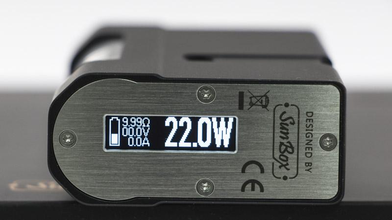 L'écran est déporté sous la semelle de la box, pour garder un design pur, typique du moddeur SunBox.