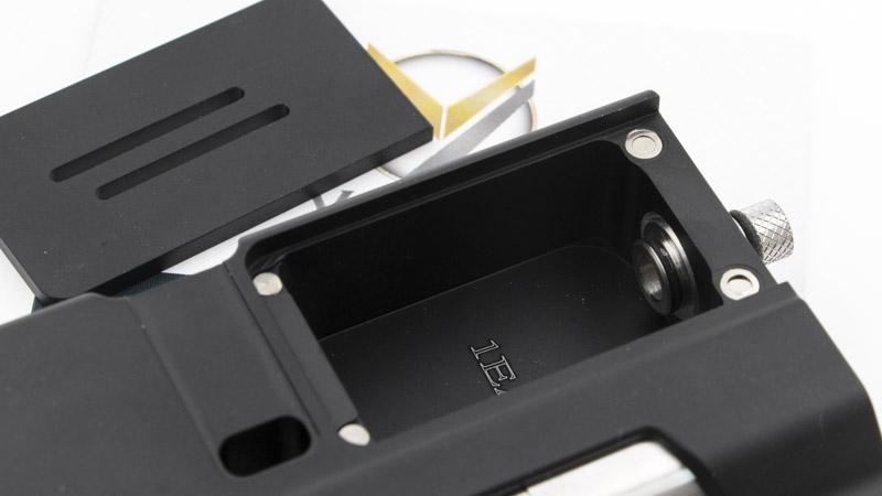 Les moddeurs ont niché le réservoir de 4ml dans la box, sous un couvercle métallique aimanté. Il suffit de le faire glisser, ou de le retirer, pour placer un des réservoirs, ou accéder à celui qui est en place.
