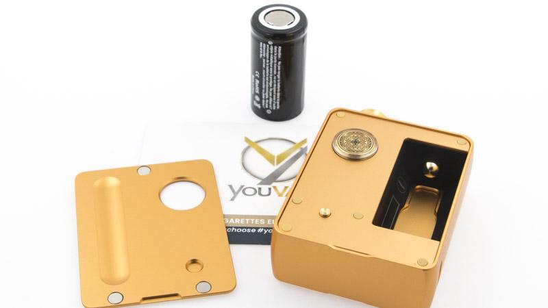 De chaque côté de la DotAIO Mini se trouvent des portes aimantées, ajustées à la perfection et maintenues par des aimants. La première, côté switch, donne accès au compartiment de l'accu 18350 (non fourni), et au bouton de réglage de la puissance.