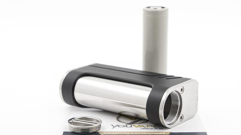 Le compartiment de l'accu, en acier brossé, accueille un accu au format 18650 (non fourni). Il est fermé par un bouchon vissé, qui évite l'emploi d'un ressort et optimise la conductivité.