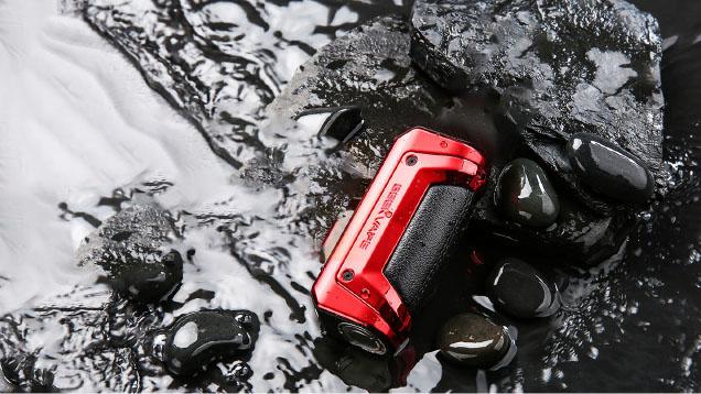Geek Vape, inventeur de la box chic et étanche, rencontre un grand succès auprès des vapoteurs, qui apprécient la robustesse et l'efficacité de ses kits. Le Kit Aegis S100 (ou Kit Aegis Solo 2) améliore encore ces qualités, en passant de la norme IP67 à la norme IP68. Toujours aussi étanche à la poussière, la box est maintenant étanche à une immersion dans l'eau pendant 1 heure à une profondeur de 1 mètre.
