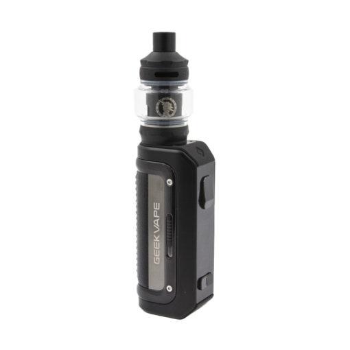 Grâce à sa batterie intégrée de 2500mah, le kit Aegis Mini M100 de Geek Vape vous offre de belles heures vape sans avoir à la recharger. Comme ces prédécesseurs, elle arbore une armature en caoutchouc lui permettant d'être protégée contre l'eau, les chocs et la poussière certifiée avec sa norme IP68. Équipé de son clearomiseur Z Nano 2, ce kit vous permettra d'alterner entre un tirage serré et aérien sans jamais craindre de fuite grâce à son arrivée d'air placé sur le haut.