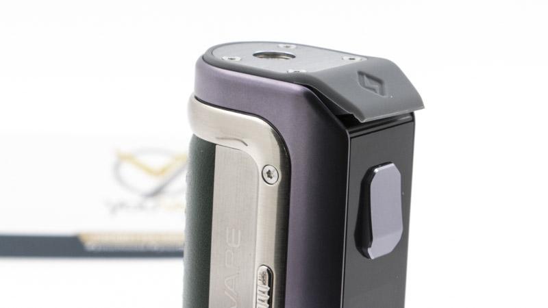 La box s'équipe d'une batterie intégrée de 2500mah qui vous permet de longues heures de vape avant d'avoir besoin de la recharger. Recharge qui est elle-même très rapide, puisqu'elle se fait à deux ampères avec son port Usb-C : comptez au maximum 1h15 si l'accu est totalement déchargé. Le port Usb-c est protégé sous un bouchon de silicone pour rester étanche (tant que vous ne vous en servez pas, bien sûr.